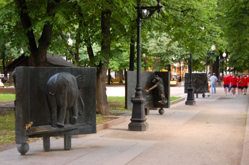 Statues depicting the fables of Krylov.